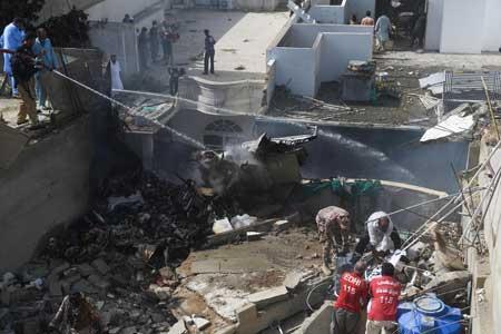 نجات معجزه آسای دو مسافر هواپیمای سقوط نموده در پاکستان