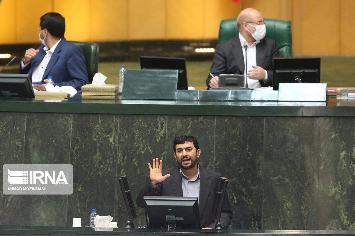 خبرنگاران نظر کمیسیون صنایع درباره برنامه های مدرس خیابانی فردا به هیات رییسه داده می شود