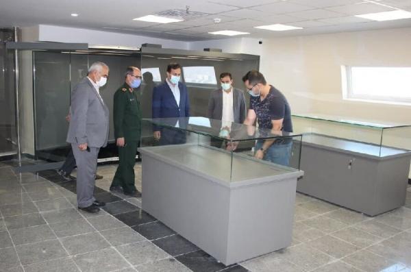 خبرنگاران ویترین های موزه دفاع مقدس تبریز نصب شد